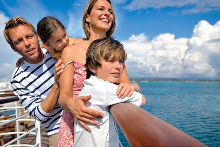 AIDAblu Familie an Deck